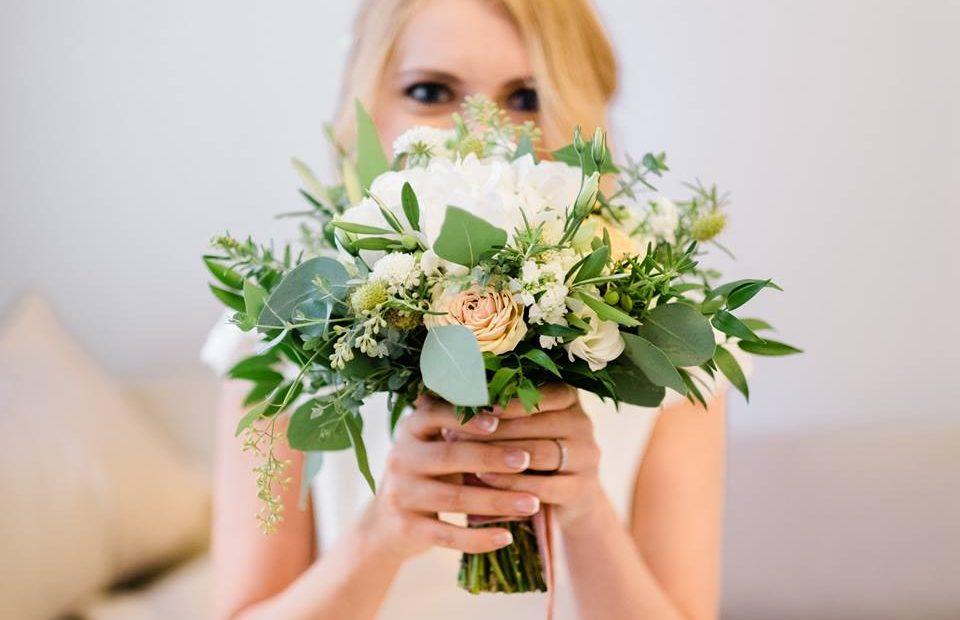 a30fbe130d A csokrok és kitűzők is ebben a hangulatban készültek, a menyasszonyi csokor  összeállítását, a szalagok kiválasztásán keresztül a virágokon át mindent  ...
